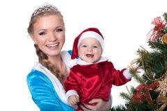 Retrato de la doncella feliz de bebé-Papá Noel y de la mamá-nieve Fotos de archivo libres de regalías