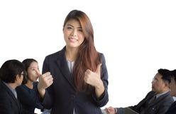 Retrato de la empresaria asiática que se coloca delante de su equipo en la oficina, líder de sexo femenino foto de archivo libre de regalías