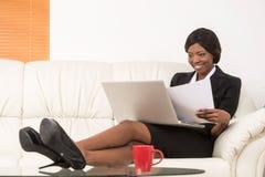 Retrato de la empresaria atractiva que trabaja en el ordenador portátil Imagen de archivo