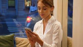 Retrato de la empresaria con el smartphone que mira in camera almacen de video