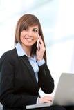 Retrato de la empresaria con el teléfono celular Imagenes de archivo