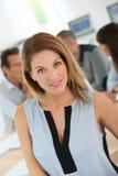 Retrato de la empresaria elegante que assiste a la reunión Imagenes de archivo