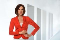 Retrato de la empresaria en chaqueta roja Fotos de archivo