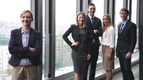 Retrato de la empresaria feliz, colegas que sonríen en fondo metrajes