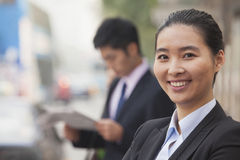 Retrato de la empresaria joven, confiada que mira la cámara en la calle en Pekín, China Imagen de archivo