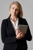 Retrato de la empresaria madura Holding Digital Tablet Fotografía de archivo