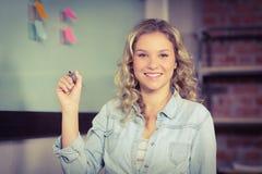 Retrato de la empresaria que detiene al marcador Imagen de archivo