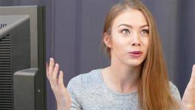 Retrato de la empresaria que habla con la cámara almacen de video