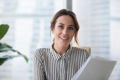 Retrato de la empresaria sonriente que mira la presentación de la cámara imágenes de archivo libres de regalías