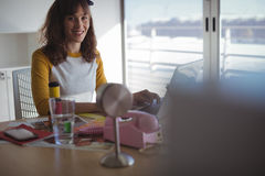 Retrato de la empresaria sonriente que trabaja en la oficina Foto de archivo