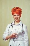 Retrato de la enfermera con el equipamiento médico Foto de archivo libre de regalías