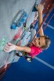 Retrato de la escalada practicante del adolescente Fotografía de archivo