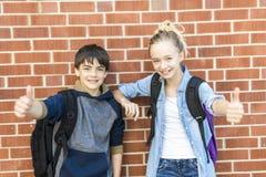 Retrato de la escuela 10 años de muchacho y muchacha que se divierten afuera Imagen de archivo