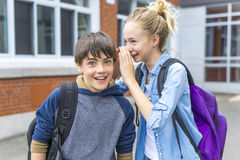 Retrato de la escuela 10 años de muchacho y muchacha que se divierten afuera Fotografía de archivo