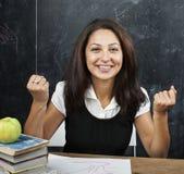 Retrato de la estudiante adolescente real linda feliz del mulato en sala de clase en la pizarra que sonríe, concepto de la gente  Imagen de archivo