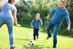Retrato de la familia activa que juega a fútbol Fotografía de archivo