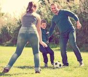 Retrato de la familia activa que juega a fútbol Imagenes de archivo