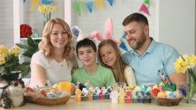 Retrato de la familia amistosa feliz con dos niños durante la celebración de Pascua metrajes