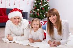 Retrato de la familia cerca del árbol de navidad en casa Fotografía de archivo