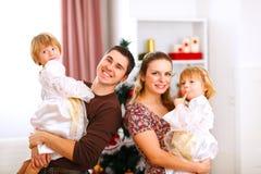 Retrato de la familia cerca del árbol de navidad Imagen de archivo libre de regalías