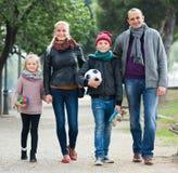 Retrato de la familia con dos niños al aire libre Imagen de archivo