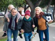 Retrato de la familia con dos niños al aire libre Fotografía de archivo libre de regalías