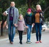 Retrato de la familia con dos niños al aire libre Foto de archivo