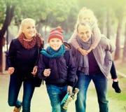 Retrato de la familia con dos niños al aire libre Fotos de archivo