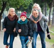 Retrato de la familia con dos niños al aire libre Fotografía de archivo