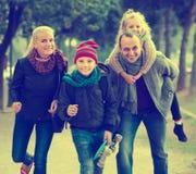 Retrato de la familia con dos niños al aire libre Imagenes de archivo