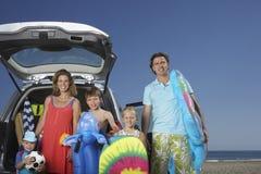 Retrato de la familia con en coche en la playa Imágenes de archivo libres de regalías