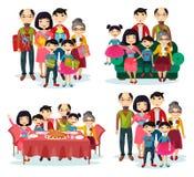 Retrato de la familia con los padres y los niños en el sofá Imagen de archivo libre de regalías