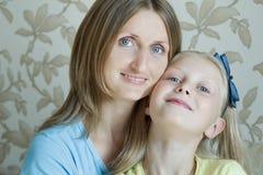 Retrato de la familia de la madre feliz con su hija adolescente Foto de archivo