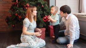Retrato de la familia de la Navidad en la sala de estar casera del día de fiesta metrajes