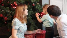 Retrato de la familia de la Navidad en la sala de estar casera del día de fiesta almacen de video