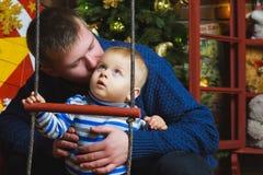 Retrato de la familia de la Navidad en la vida casera del día de fiesta Fotos de archivo