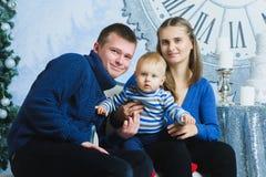 Retrato de la familia de la Navidad en la vida casera del día de fiesta Imagen de archivo libre de regalías