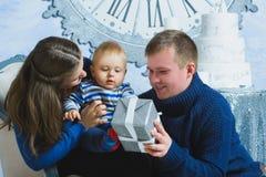 Retrato de la familia de la Navidad en la vida casera del día de fiesta Fotografía de archivo libre de regalías
