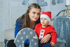 Retrato de la familia de la Navidad en la vida casera del día de fiesta Foto de archivo libre de regalías