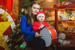 Retrato de la familia de la Navidad en la vida casera del día de fiesta imagenes de archivo