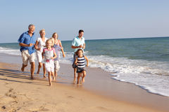 Retrato de la familia de tres generaciones en la playa Imagen de archivo