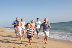 Retrato de la familia de tres generaciones en la playa Imágenes de archivo libres de regalías