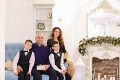 Retrato de la familia ejemplar, padres cariñosos e hijos que se sientan encendido Foto de archivo