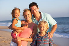 Retrato de la familia el día de fiesta de la playa Fotografía de archivo libre de regalías
