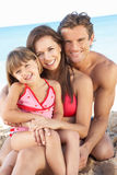 Retrato de la familia el día de fiesta de la playa del verano Foto de archivo