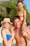Retrato de la familia en día de fiesta tropical de la playa Fotos de archivo