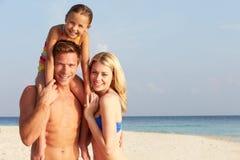 Retrato de la familia en día de fiesta tropical de la playa Foto de archivo