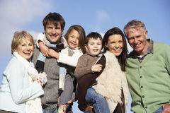 Retrato de la familia en el parque Foto de archivo libre de regalías