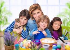 Retrato de la familia en el tiempo de Pascua fotos de archivo
