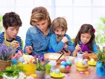 Retrato de la familia en el tiempo de Pascua Foto de archivo libre de regalías